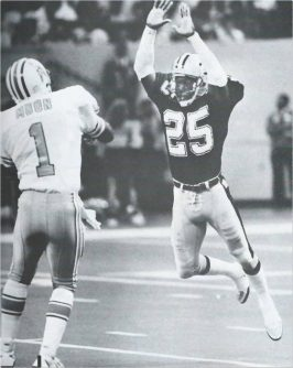 Saints defender Johnnie Poe rushes Warren Moon of the Oilers