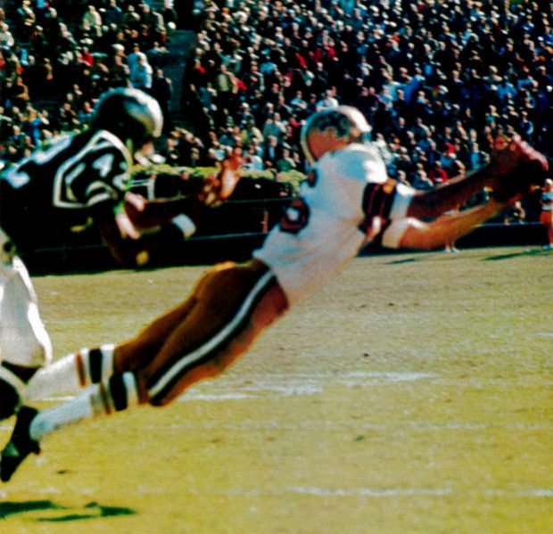 Rookie Danny Abramowicz makes a catch against the Eagles in 1967