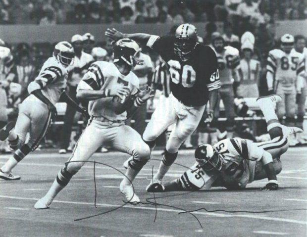Saints-Eagles 1979 - Don Reese rushing Ron Jawoeski
