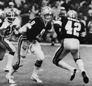 Archie Manning hands off to Chuck Muncie in 1979
